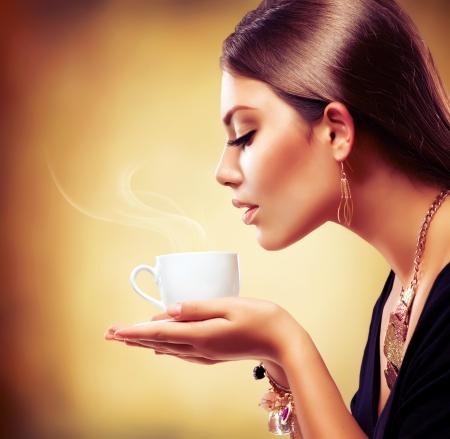 chocolate caliente: Coffee Beautiful Girl beber té o café Foto de archivo