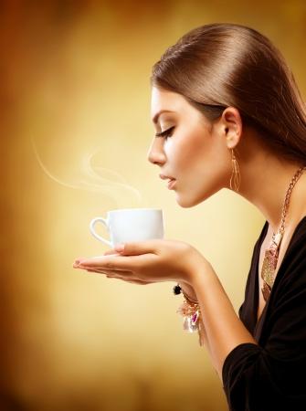 drinking coffee: Coffee Beautiful Girl beber t� o caf� Foto de archivo