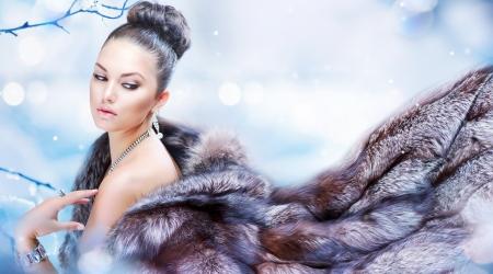Belle fille dans manteau de fourrure de luxe
