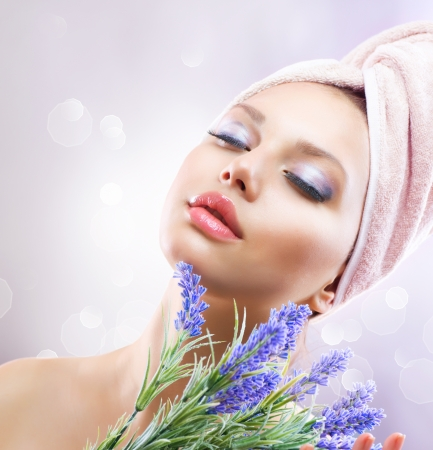 productos naturales: Spa Chica con flores de lavanda Cosm�ticos Org�nicos Foto de archivo
