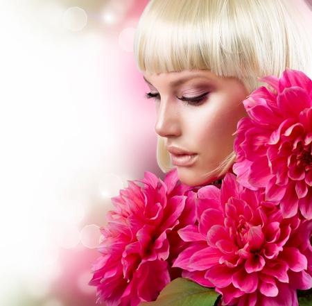 달리아: 큰 분홍색 꽃을 가진 유행 금발 소녀