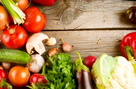 Healthy Organic Vegetables on a Wood Background  版權商用圖片