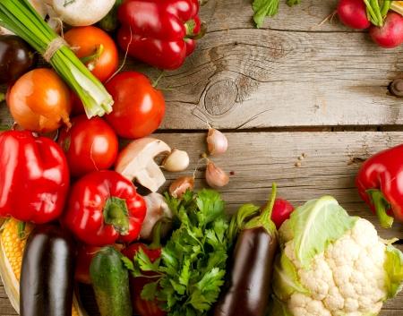 木製の背景上の有機野菜