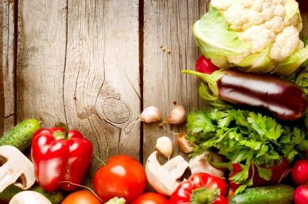 vegetable cook: Sani ortaggi biologici sullo sfondo di legno Archivio Fotografico