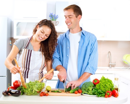 pareja saludable: Cooking Pareja Happy Together Alimentos Dieta Saludable Foto de archivo