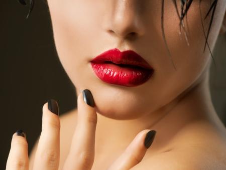pips: Mode meisje close-up Rode Lippen En Zwarte Nagels Mooie Make-up Stockfoto