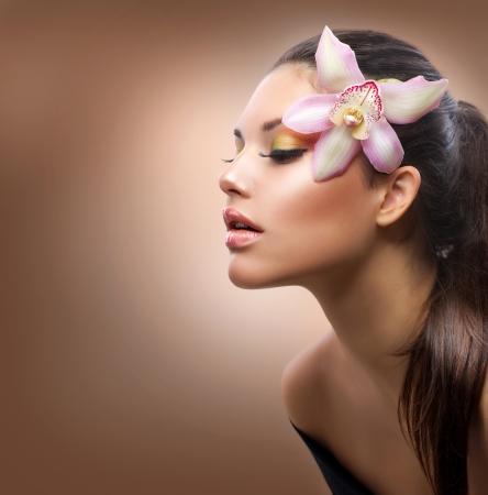 visage femme profil: Beauté Portrait Stylish Girl Belle fleur d'orchidée