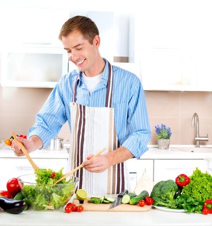 hombre cocinando: Cocinar Joven Saludable Alimento vegetal Ensalada
