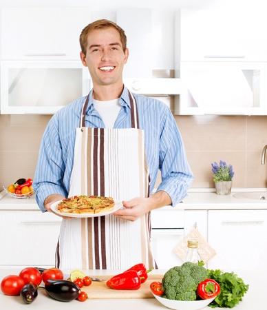 hombre cocinando: Cocinar Joven Pizza Man Home Kitchen