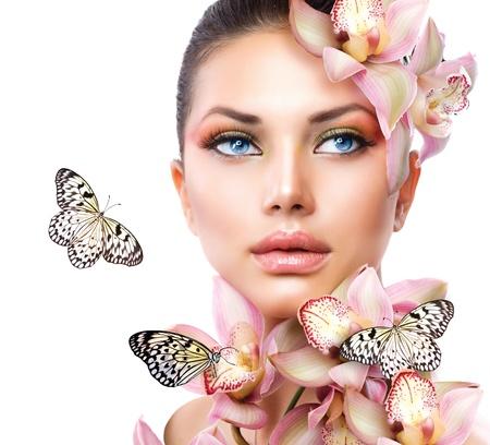 ragazza nuda: Bella Ragazza Con Fiori Orchid e farfalle Archivio Fotografico