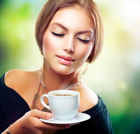 tomando café: Beautiful Girl beber té o café