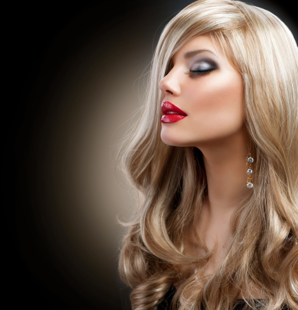 glans: Vackra Sexig blond flicka blond isolerad på en svart Stockfoto