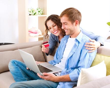 chicas comprando: Parejas compras en l�nea con tarjeta de cr�dito a la tienda de Internet