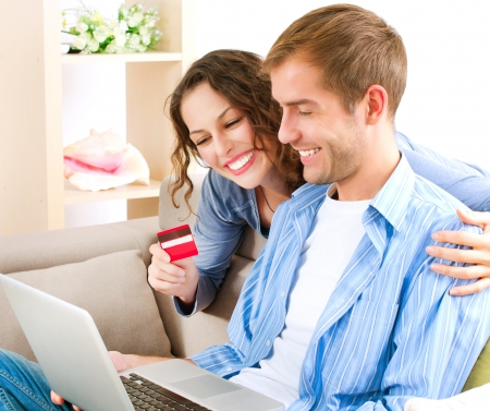 Online Shopping Couple Using Credit Card, um Internet-Shop