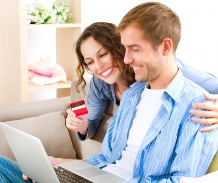 pagando: Parejas compras en línea con tarjeta de crédito a la tienda de Internet