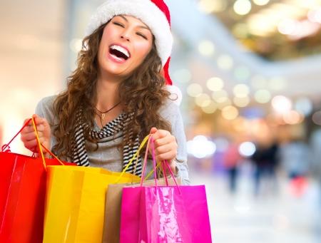 Christmas Shopping Frau mit Taschen in Einkaufszentrum Vertrieb Standard-Bild