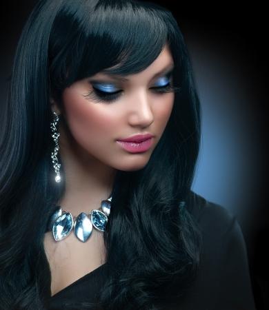 Schmuck Beautiful Brunette Girl mit Holiday Makeup