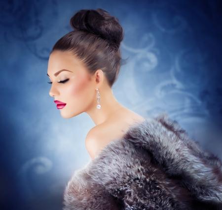mink: Bella ragazza in cappotto di pelliccia di lusso