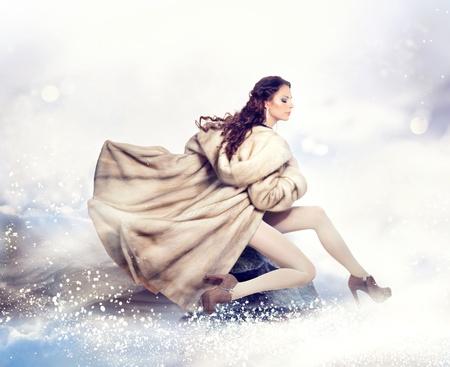 Mode Mooie Winter Vrouw in Luxe Bont Mink Coat Stockfoto