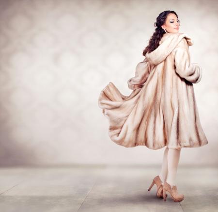Moda Mulher bonita do inverno na pele de luxo casaco de vison