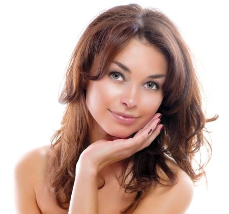 modelle nude: Bella ragazza isolato su uno sfondo bianco con la pelle perfetta
