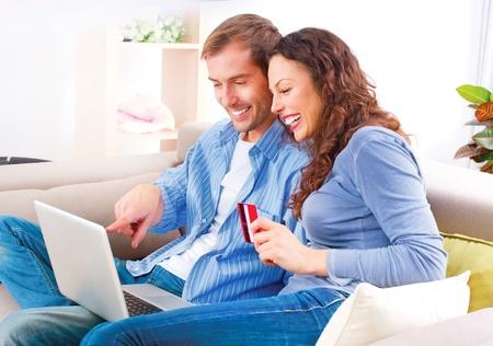 Parejas compras en línea con tarjeta de crédito a la tienda de Internet