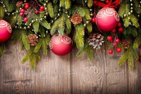 branche pin: D�corations de No�l sur fond de bois sur bois Banque d'images