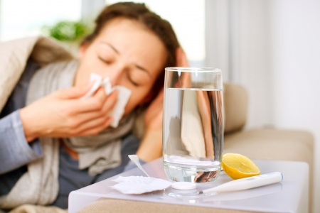 sneezing: Malato Donna Flu donna sorpresa Starnuto freddo in tessuto