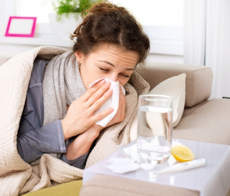 freddo: Starnuti donna influenza o raffreddore Sick Soffiarsi il naso