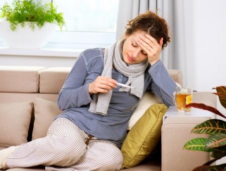 gripe: Mujer enferma con la gripe Dolor de cabeza Term�metro