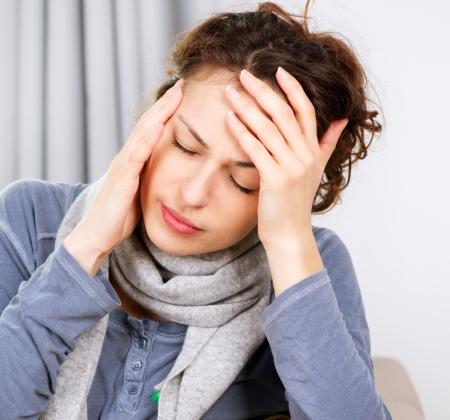 dolor de cabeza: Mujer con dolor de cabeza Foto de archivo