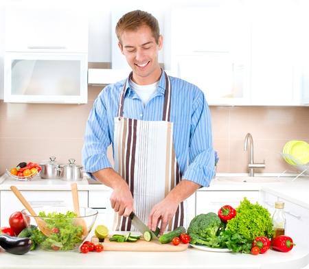 hombre cocinando: Food Cooking Hombre Joven Sano - Vegetable Salad