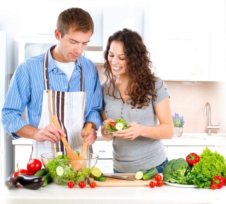 comidas saludables: Cooking Pareja Happy Together Alimentos Dieta Saludable Foto de archivo