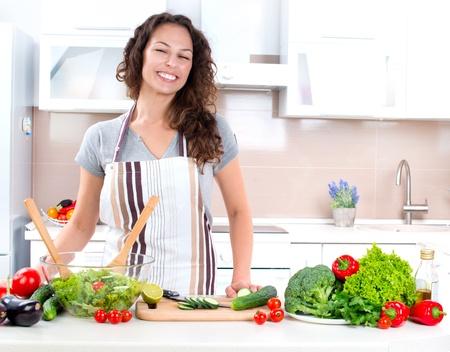 cuisine: Jeune femme de cuisson des aliments sains Banque d'images