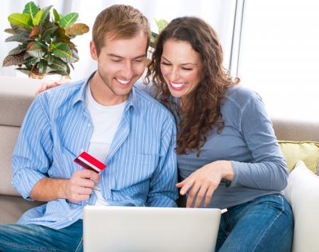 Online winkelen echtpaar met behulp van Creditcard naar Internet Shop Stockfoto