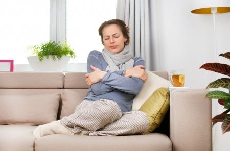 resfriado: Mujer Enferma gripe mujer sorprendida en fr�o