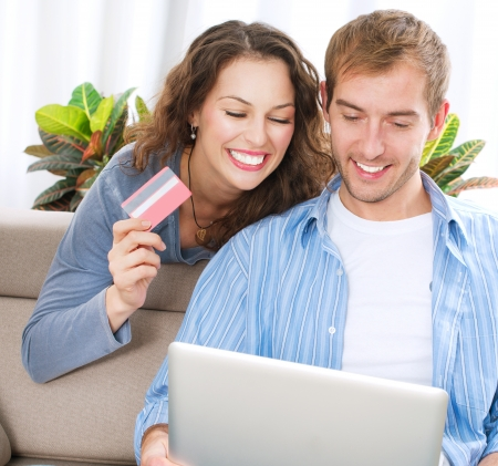 tarjeta de credito: Pareja joven con Tarjeta de Cr�dito Laptop y compra en l�nea