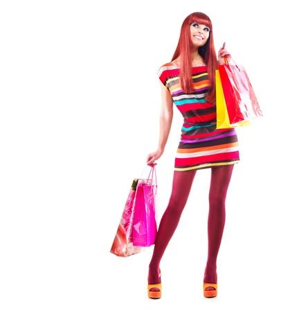 faire les courses: Femme Fashion Girl Shopping avec sacs sur blanc Banque d'images