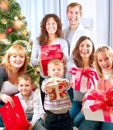 pere noel: Big Happy Family Cadeaux de No�l avec � la maison Banque d'images
