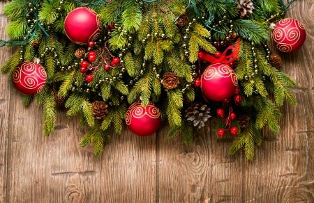 evergreen branch: Decoraci�n de Navidad sobre fondo de madera