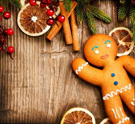 galletas de navidad: Fiesta de la Navidad del hombre de pan de jengibre sobre fondo de madera Foto de archivo