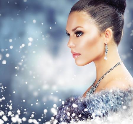 manteau de fourrure: Femme d'hiver en manteau de fourrure de luxe Banque d'images