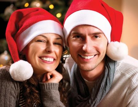 christmas deco: Navidad feliz de los pares en casa celebran la Navidad Foto de archivo