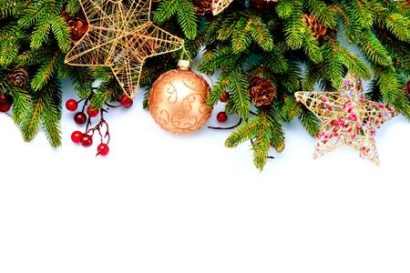 weihnachten tanne: Weihnachtsdekoration auf wei�em Hintergrund Weihnachtsschmuck isoliert auf wei�em Hintergrund
