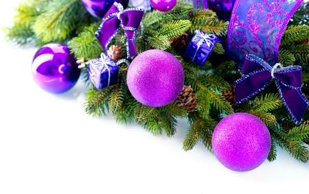weihnachten tanne: Weihnachten und Silvester Baubles und Dekorationen auf wei�em isoliert