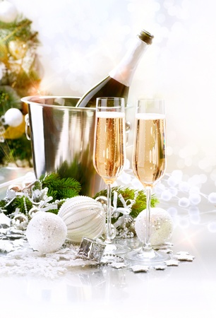 botella champa�a: Celebraci�n del A�o Nuevo Dos vidrios de Champ�n