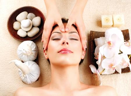 Spa Massage jungen Frau bekommen Gesichtsmassage Standard-Bild