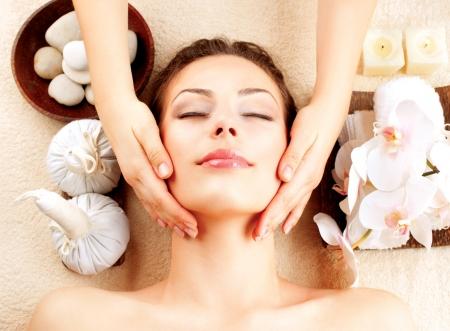 gezichtsbehandeling: Spa Massage Jonge Vrouw Getting Gezichtsmassage Stockfoto