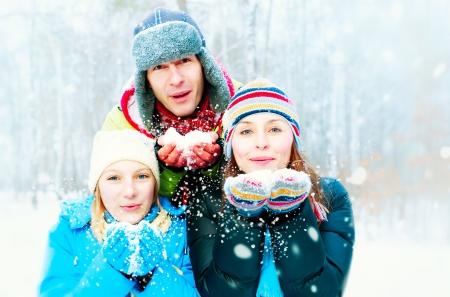 ropa invierno: Familia al aire libre Familia Feliz Blowing Snow