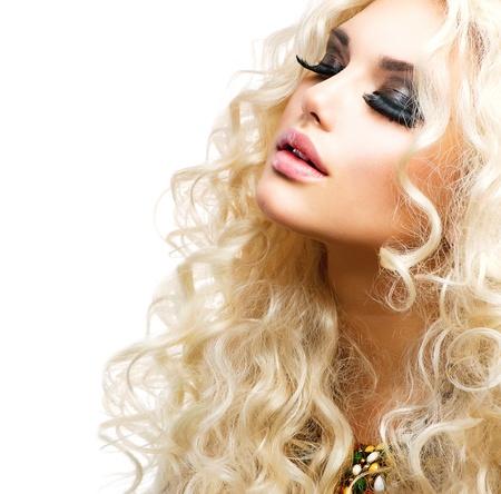 Mooi meisje met krullend blond haar geïsoleerd op wit Stockfoto